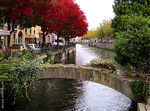 there are little bridges to cross all set among beautiful canals in l 39 isle sur la sorgue and. Black Bedroom Furniture Sets. Home Design Ideas